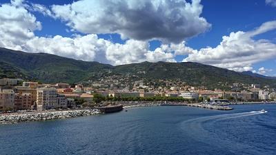 Blick zur Hafenstadt Bastia auf Korsika