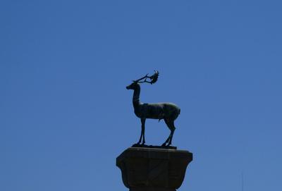 Statue mit Hirsch