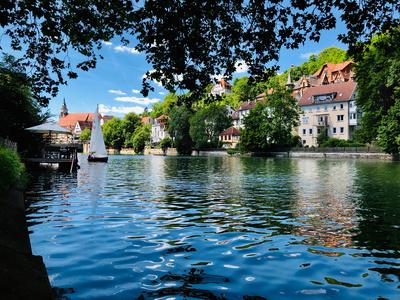 Neckar bei Tübingen mit Segelboot