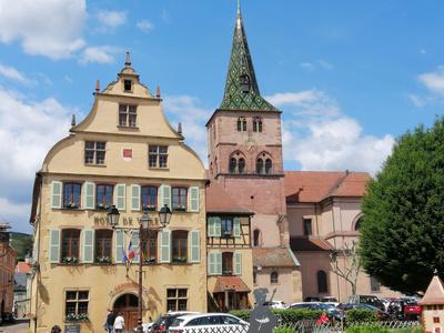 Rathaus und Kirche Ste-Anne in Turckheim (Elsass)