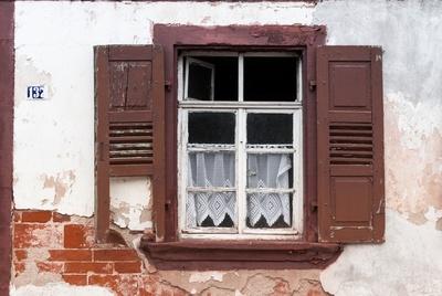 altes Fenster mit Gardinen