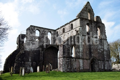 Abtei mit Gräbern