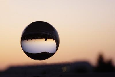 """""""Schwebende"""" Glaskugel im Sonnenuntergang"""