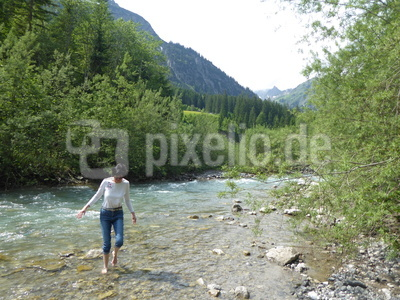 Wassertreten im Bergbach