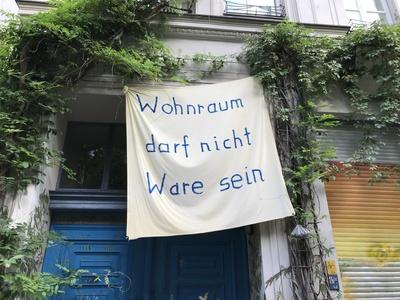 """Fahne: """"Wohnraum darf keine Ware sein"""""""