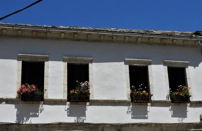 Hausfront in Gjirokastër; Albaniens historische Steinstadt
