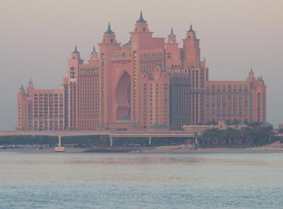 Hotel Atlantis im Morgennnebel