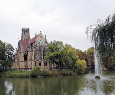 Stuttgart: Johanneskirche Stuttgart: Kirchenbaukunst am Feuersee
