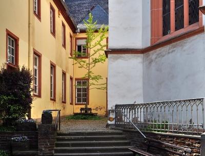 Klosterfassade mit Bäumchen