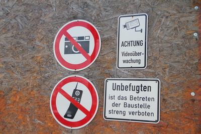 Schilder: Fotografieren und telefonieren nicht erlaubt