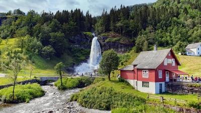 Traumhafter Blick zum Wasserfall Steinsdalfossen