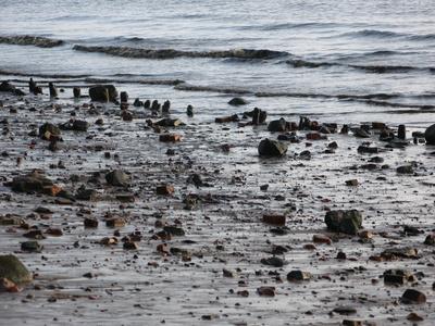 Wellen und Steine am Strand