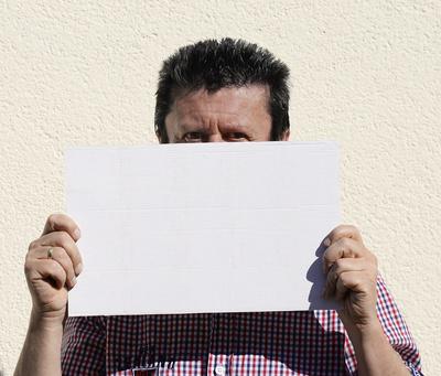 Mann mit leerem Schild