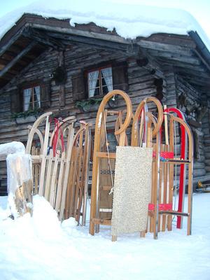 Schlitten vor Hütte im Ostallgäu 1