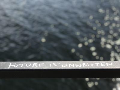 """Schriftzug """"Future is unwirtten"""" auf Geländer"""