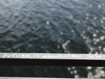 """Schriftzug """"Future is unwirtten 2020"""" auf einem Geländer"""