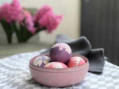 Gefärbte Ostereier in einer Schale