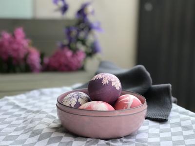 Gefärbte Ostereier in einer Schale auf einem Tisch