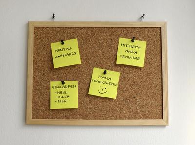 Pinnwand – mit Post-It's, beschriftet