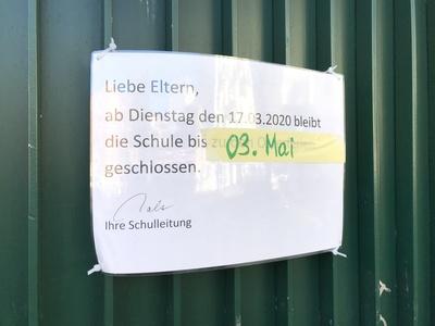 Schild: Schule bleibt wegen Corona-Virus geschlossen / Foto: Alexander Hauk