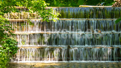 Herabstürzendes Wasser - oben langsam - unten schnell