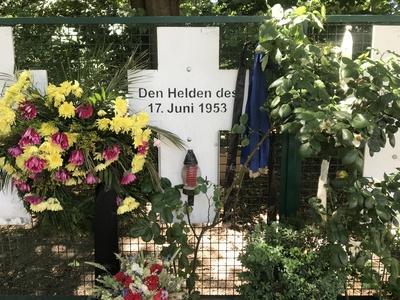 Holzkreuz zur Erinnerung an den Volksaufstand vom 17. Juni 1953