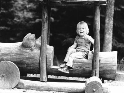 Junge auf Waldspielplatz