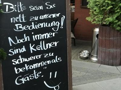 Schild vor Restaurant: Nett sein / Foto: Alexander Hauk
