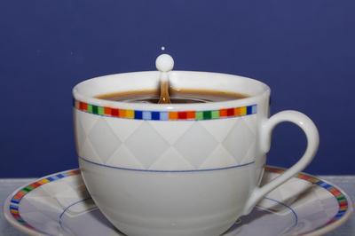 Milchtropfen auf Kaffee