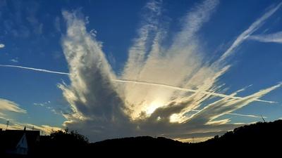 Wolkenformation mit Kondensstreifen