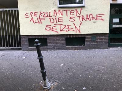"Graffiti: ""Spekulanten auf die Straße setzen"" / Foto: Alexander Hauk"