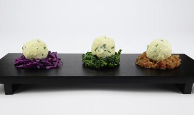 Topfenknödel auf Rotkohl, Blattspinat und Rehragout
