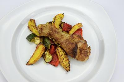 Hühnerschenkel mit Kartoffelspalten und Ofengemüse