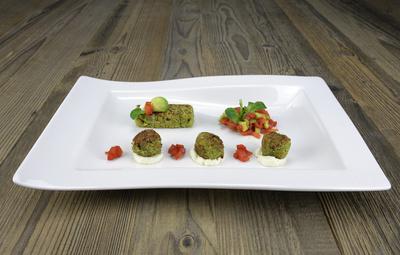 Falafel mit Meerrettichkäse, Paprika und Avocado