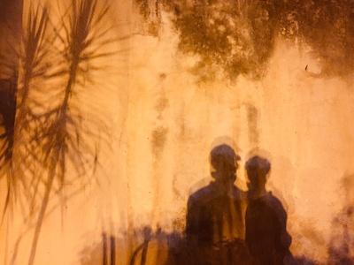Schattenspiele an einer Wand auf Sizilien