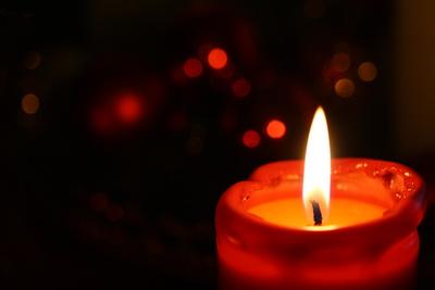 Rote Kerze mit Bokeh