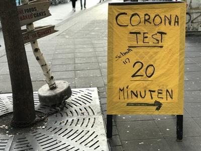 Schild: Wegweiser zum Corona-Schnelltest
