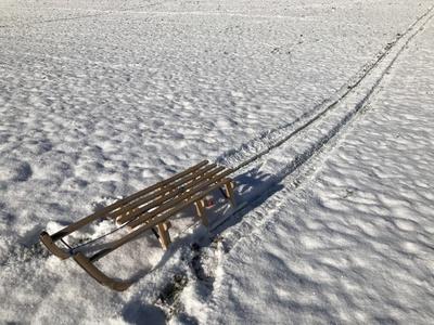 Schlitten im Schnee - ohne Menschen
