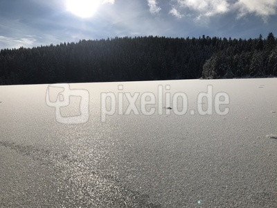 Gefrorener See im Winter 2020 im Oberallgäu