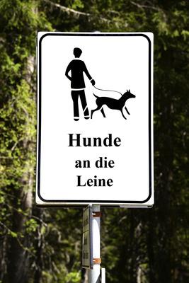 Hinweisschild für Hundehalter: Hunde an die Leine!