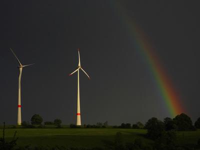 Windräder mit Regenbogen