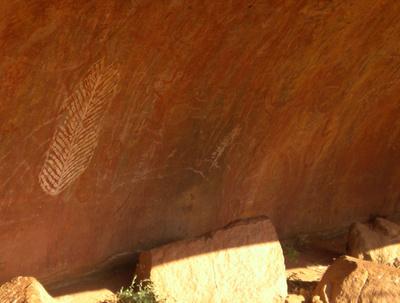 Australien: Felszeichnungen an den Wänden des Uluru