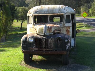 Schulbus: Oldtimer am Straßenrand in Australien