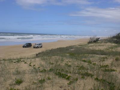 Zwei Autos am Strand von Fraser Island in Australien