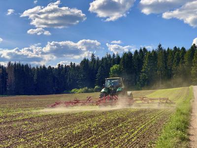 Feldarbeit mit Traktor