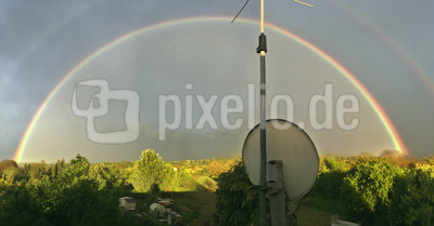 Regenbogen überm Hausdach